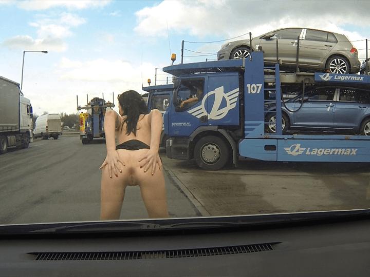 Deutsche Strichnutte zeigt öffentlich ihre Fotze auf einem stark befahrenen Autobahn Rastplatz