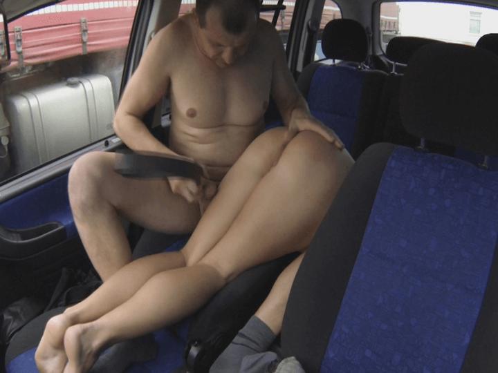 Devote Strichnutte im Auto brutal ausgepeitscht