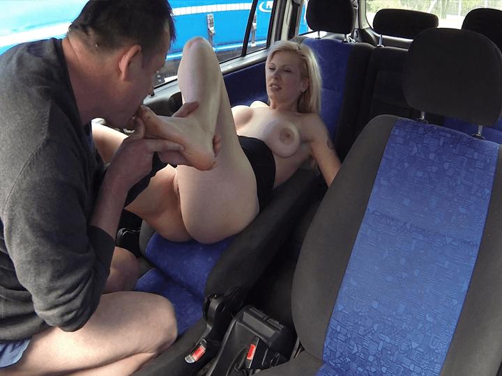 Fussfetisch Nutte aus Dresden beim erotischen Fussfetisch Sex auf einem Parkplatz