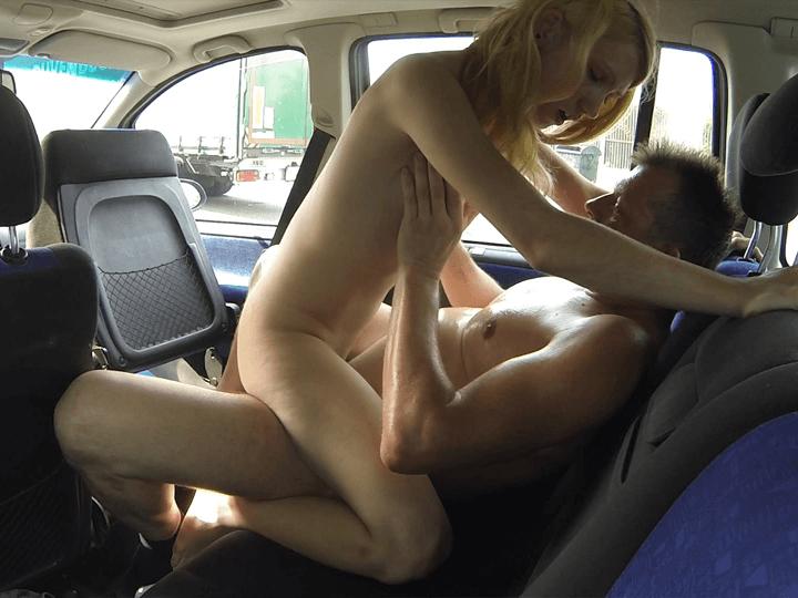 Junges Mädchen übt sich als Hobbyhure am Autobahn Parkplatz