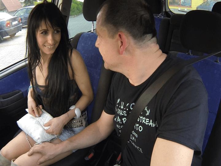 Wiener Parkplatz Nutte bei der Preisverhandlung im Auto